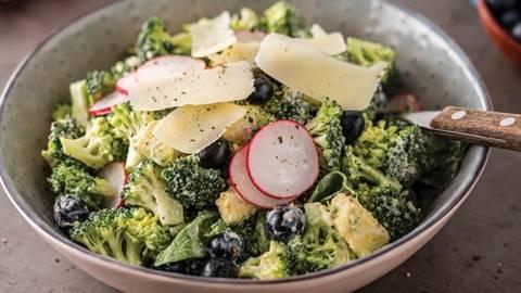 Brokolių salotos su šilauogėmis ir kietuoju avių pieno sūriu