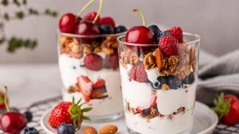 Sluoksniuoti graikiško jogurto, uogų ir granolos pusryčiai