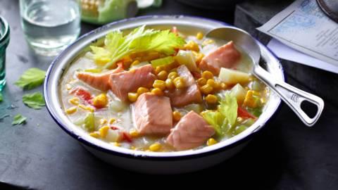 Amerikietiška žuvienė su lašiša ir kukurūzais