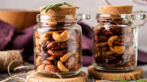 Traškūs aštrūs riešutai su alyvuogių aliejumi, česnakais ir rozmarinais