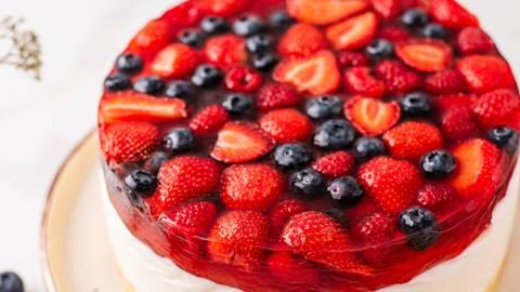 Varškės ir želė tortas su uogomis