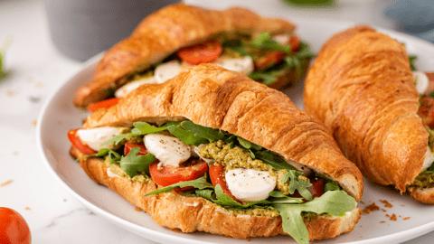 Kruasanai-sumuštiniai su pomidorais ir mocarela