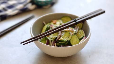 Tailandietiškos agurkų salotos