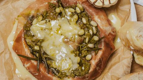 Keptas camembert sūris  apvyniotas kumpiu