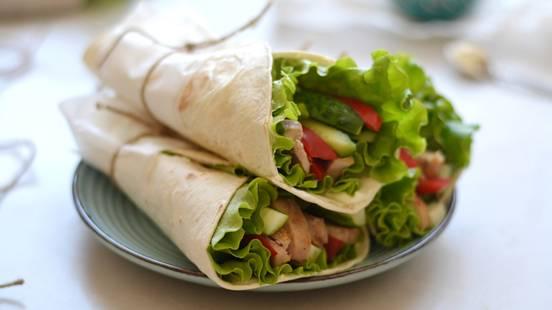 Tortilijos su salotomis, vištiena ir agurkais