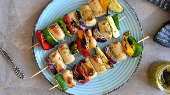 Grilio dešrelės su daržovėmis ir pesto padažu