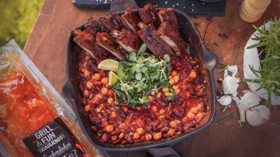 Šonkauliukai su meksikietišku troškiniu ir pomidorų salotomis