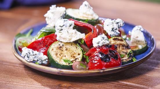 ▶▶  Špinatų ir keptų daržovių salotos su pelėsiniu sūriu