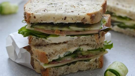 Suvožtiniai su kumpiu, sūriu ir salotomis