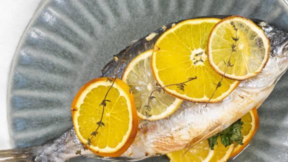 ▶▶ Dorada su apelsinais ir česnakais