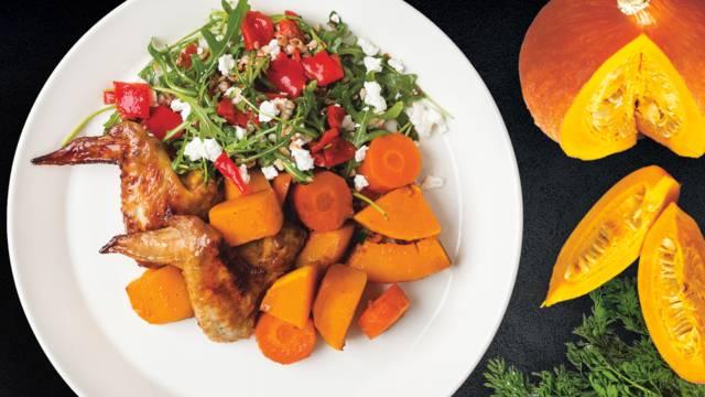 Vištų sparneliai apelsinų marinate su grikių salotomis