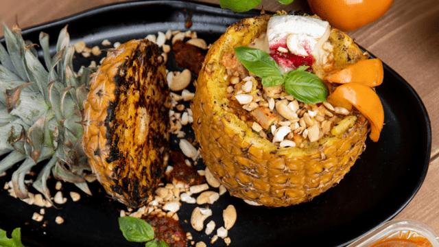 Ananasas, įdarytas ant grotelių kepta grotelių vištiena, kamambero sūriu ir persimonais