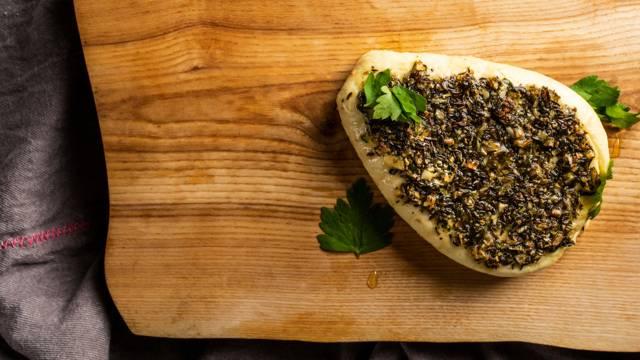 Lietuviški receptai: Keptas pikantiškas varškės sūris su žolelėmis
