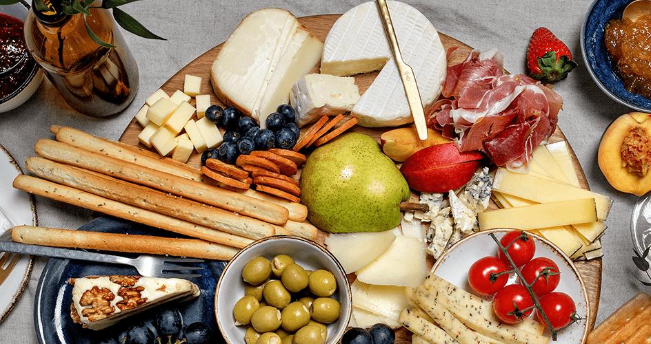 Įspūdingoji sūrių ir užkandžių lenta