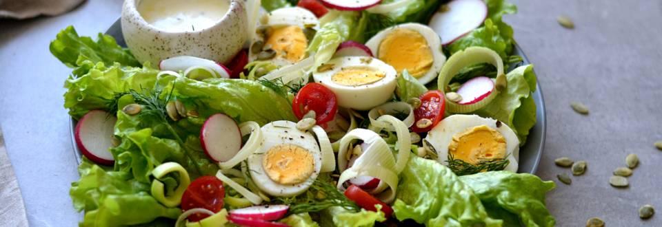 Salotos su kiaušiniais, ridikėliais ir jogurtiniu padažu