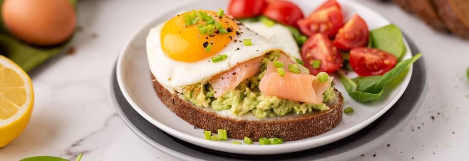 Juodos duonos sumuštiniai su avokadais, lašiša ir keptais kiaušiniais
