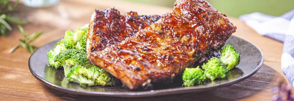 Kiaulienos šonkauliukai su barbekiu padažu ir brokoliais