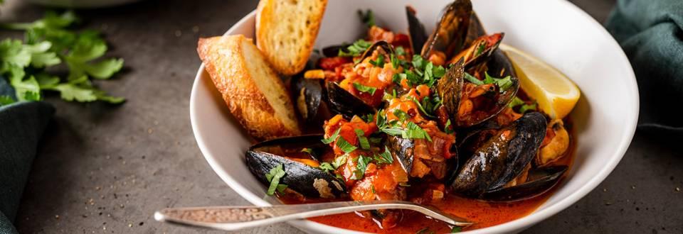 Midijos pomidorų, vyno ir šoninės padaže