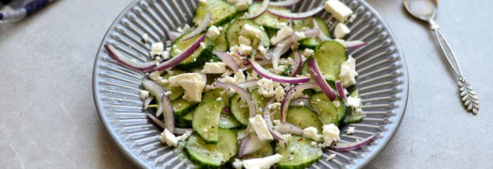Agurkų, svogūnų ir fetos salotos